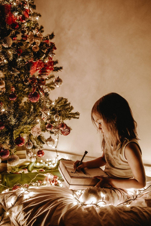 Niña jugando con juguetes en navidad