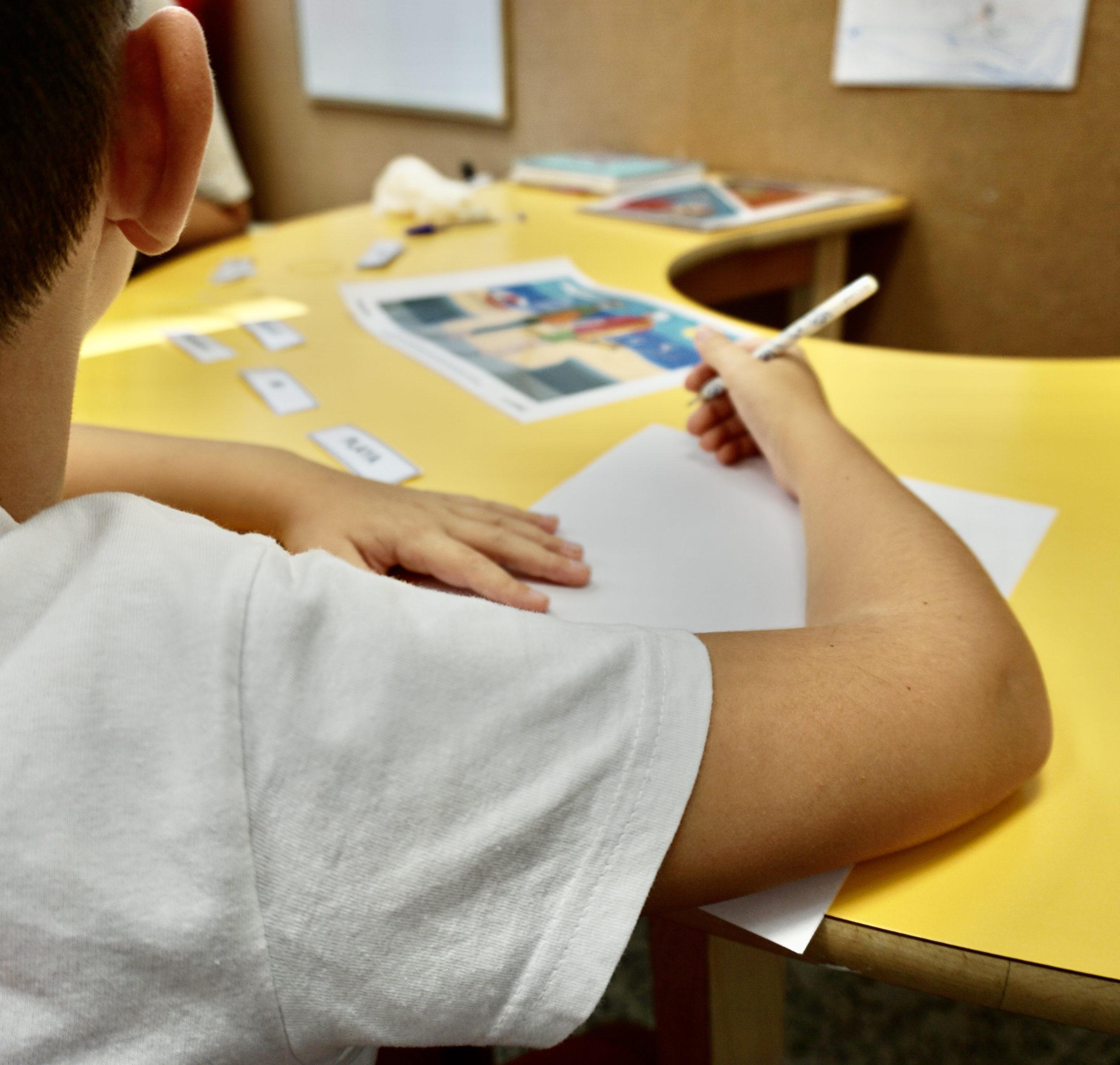 niño preparado para estudiar